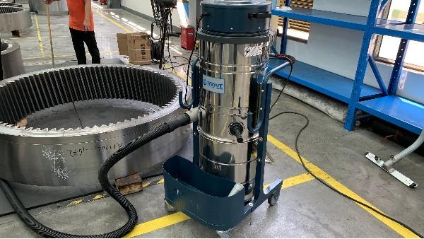 干湿两用工业吸尘器吸力变小应如何解决?