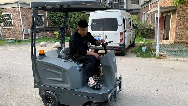 带大家认识一下驾驶式电瓶扫地车与应用情况